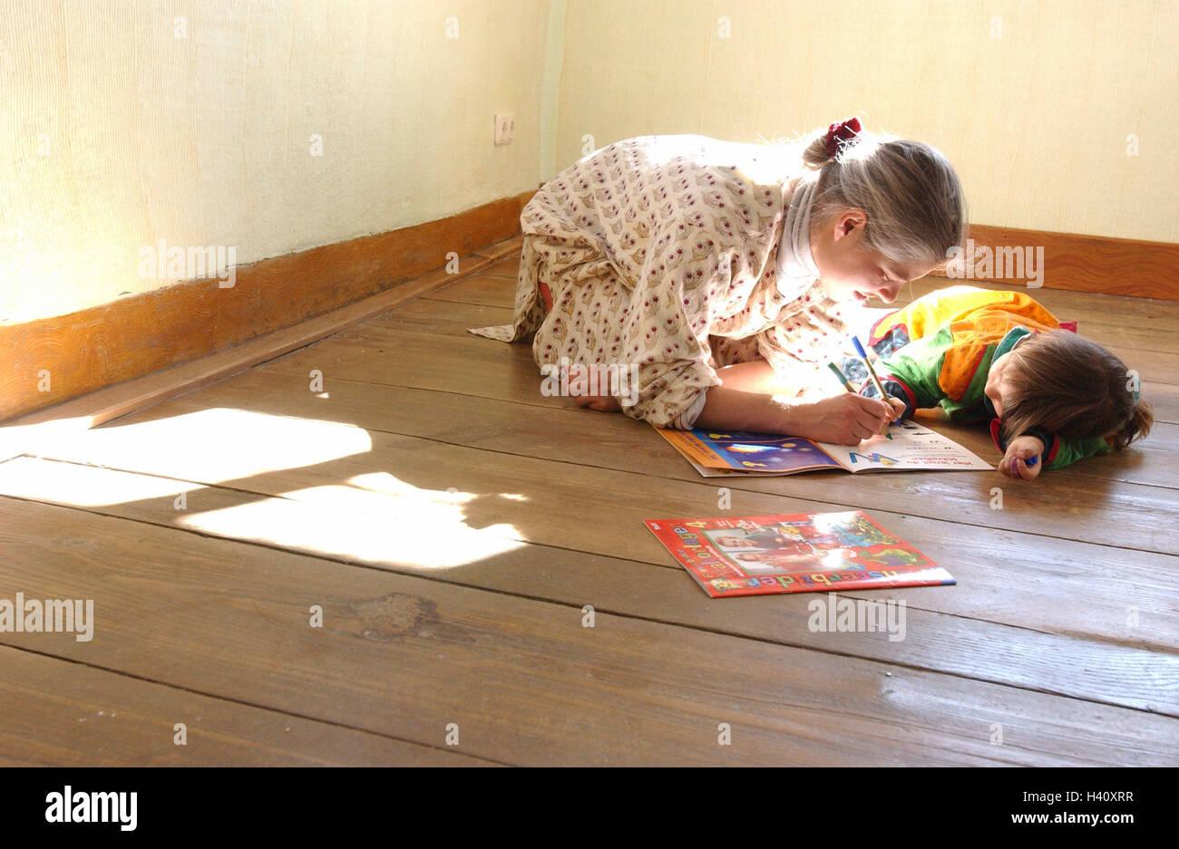 Fußboden Für Wohnung ~ Mutter tochter winkel des zimmers stock knien schreiben