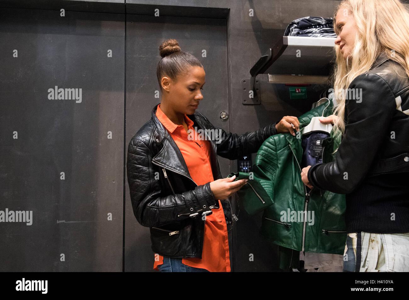 a12ed43d79 Zwei Frauen einkaufen grün G-Star Lederjacke Stockfoto, Bild ...