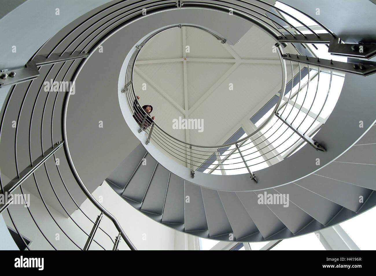 Treppen architektur design  Gebäude, innen, Wendeltreppe, Frau, Geländer, von unten, Architektur ...