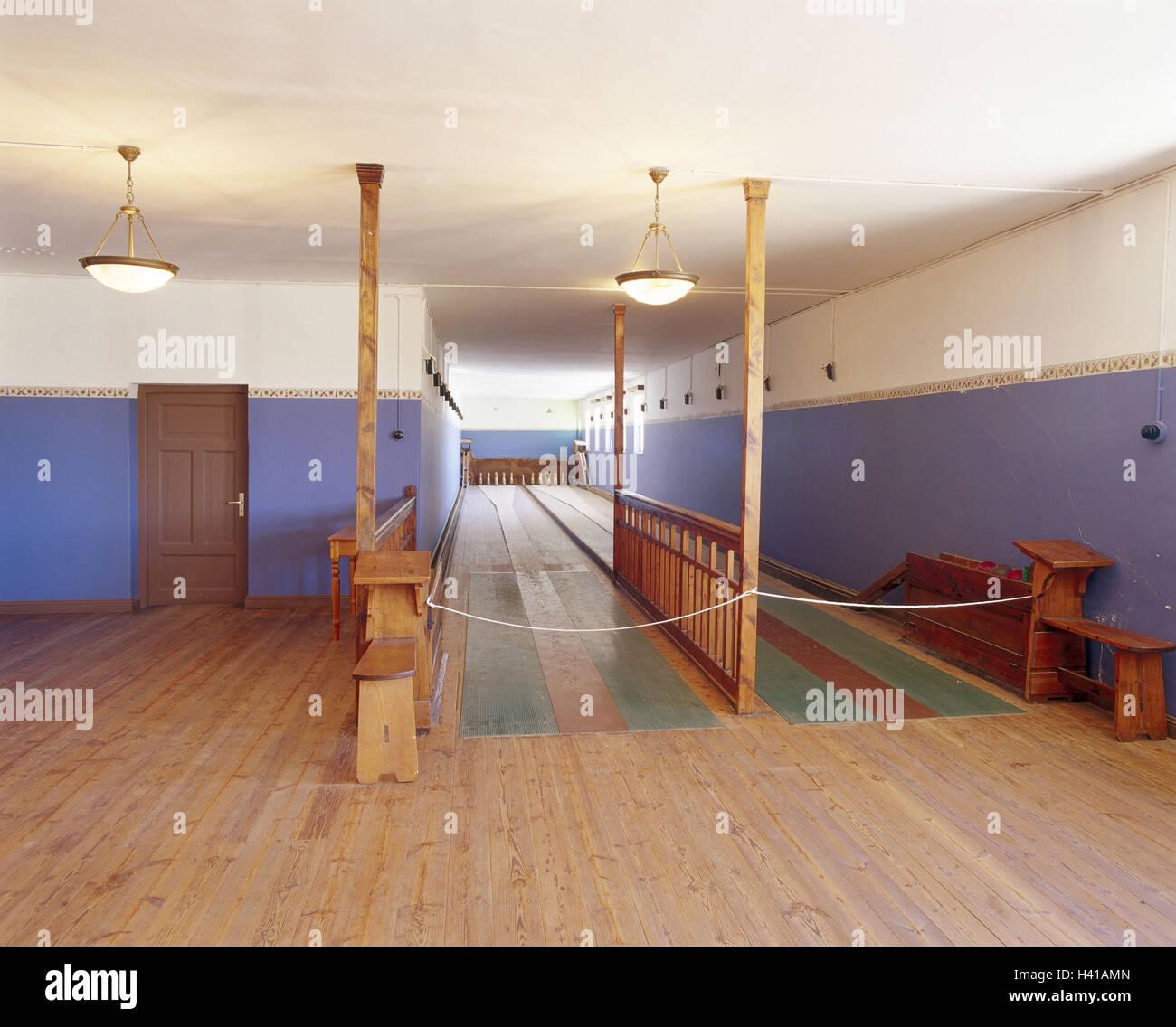 https://c8.alamy.com/compde/h41amn/namibia-luderitzbucht-kolmanskop-ghost-town-gebaude-kegelbahn-in-sud-west-afrika-stadt-kolmanskuppe-geisterhaus-interieur-kegel-ziel-ort-von-interesse-touristische-attraktion-h41amn.jpg