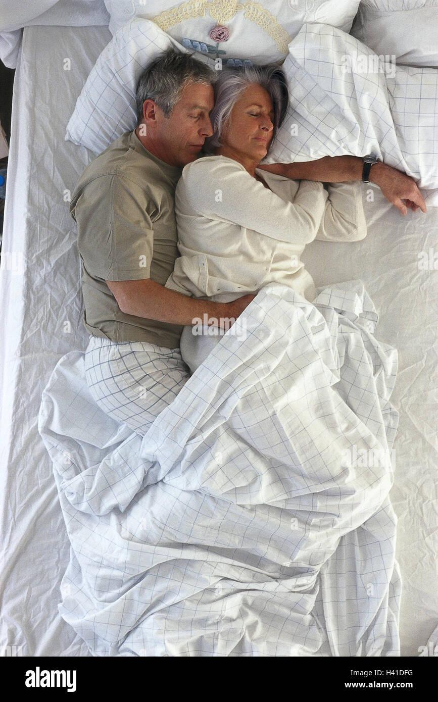 bett senioren paar sind entspannung schlaf von oben modell ver ffentlicht partnerschaft. Black Bedroom Furniture Sets. Home Design Ideas
