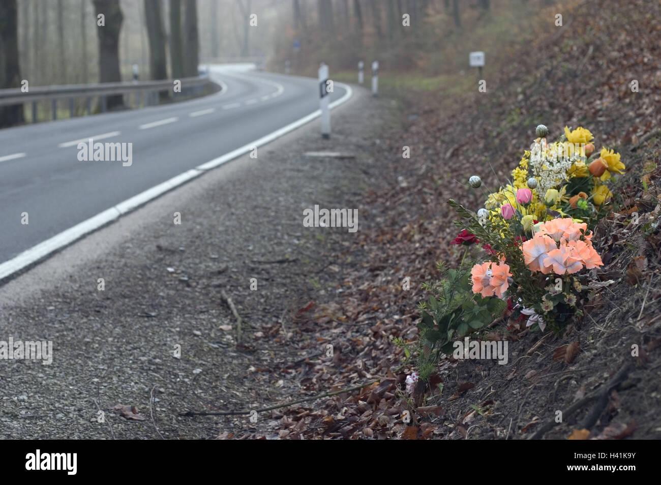 Holz, Bundesstraße, Straßenrand, Szene der Unfall, Blumen, Wald ...