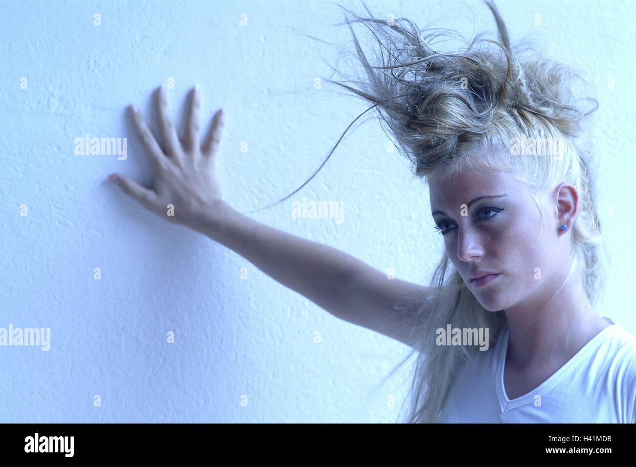 Frau, jung, ernst, flatterhaft, Geste, Wand, Porträt, Jugendliche, 21 Jahre, Frauen Porträt, Provokation, Stil, Ansicht, arrogant, hochmütig, provozieren, Schminke, geschminkt, Make-up, auffällig, bunt, Haare hochgesteckt, Frisur, Punkig, trashig, Mode, modisch, spektrale filter blau, 20-30 Jahre Stockfoto