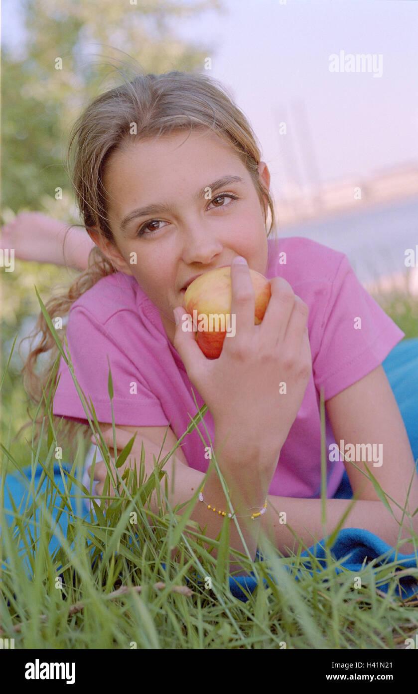 m dchen liegen essen wiese apple 12 jahre jugendliche teenager m dchen nat rlichkeit. Black Bedroom Furniture Sets. Home Design Ideas