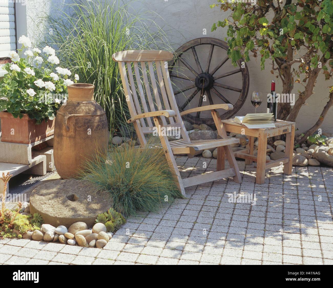 Terrasse Garten Sessel Beistelltisch Wein Flasche Glas Buch