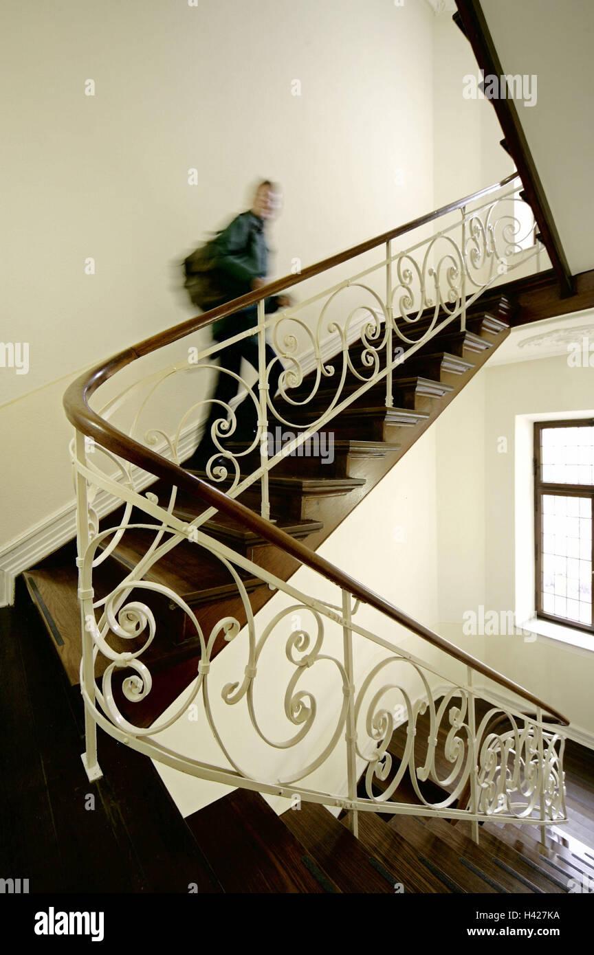 treppenhaus h lzerne treppe gel nder dekorieren person treppe steigt nach oben verwischt. Black Bedroom Furniture Sets. Home Design Ideas