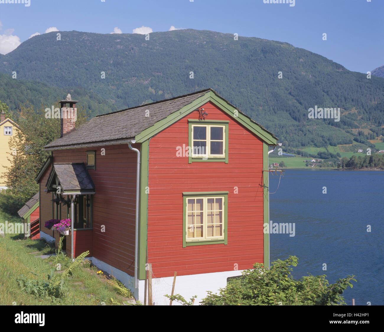 norwegen hordaland harte wiese fjord ulvikfjorden ulvik holzhaus europa nord europa. Black Bedroom Furniture Sets. Home Design Ideas