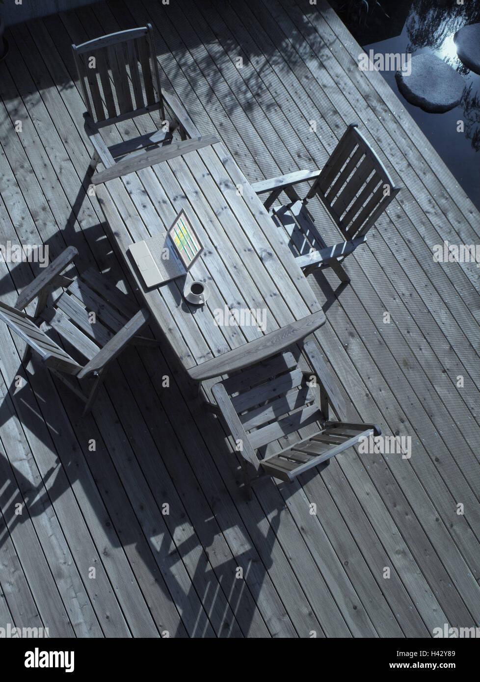 Terrasse Holzboden Stühle Tisch Notebook Computer Kaffeetasse