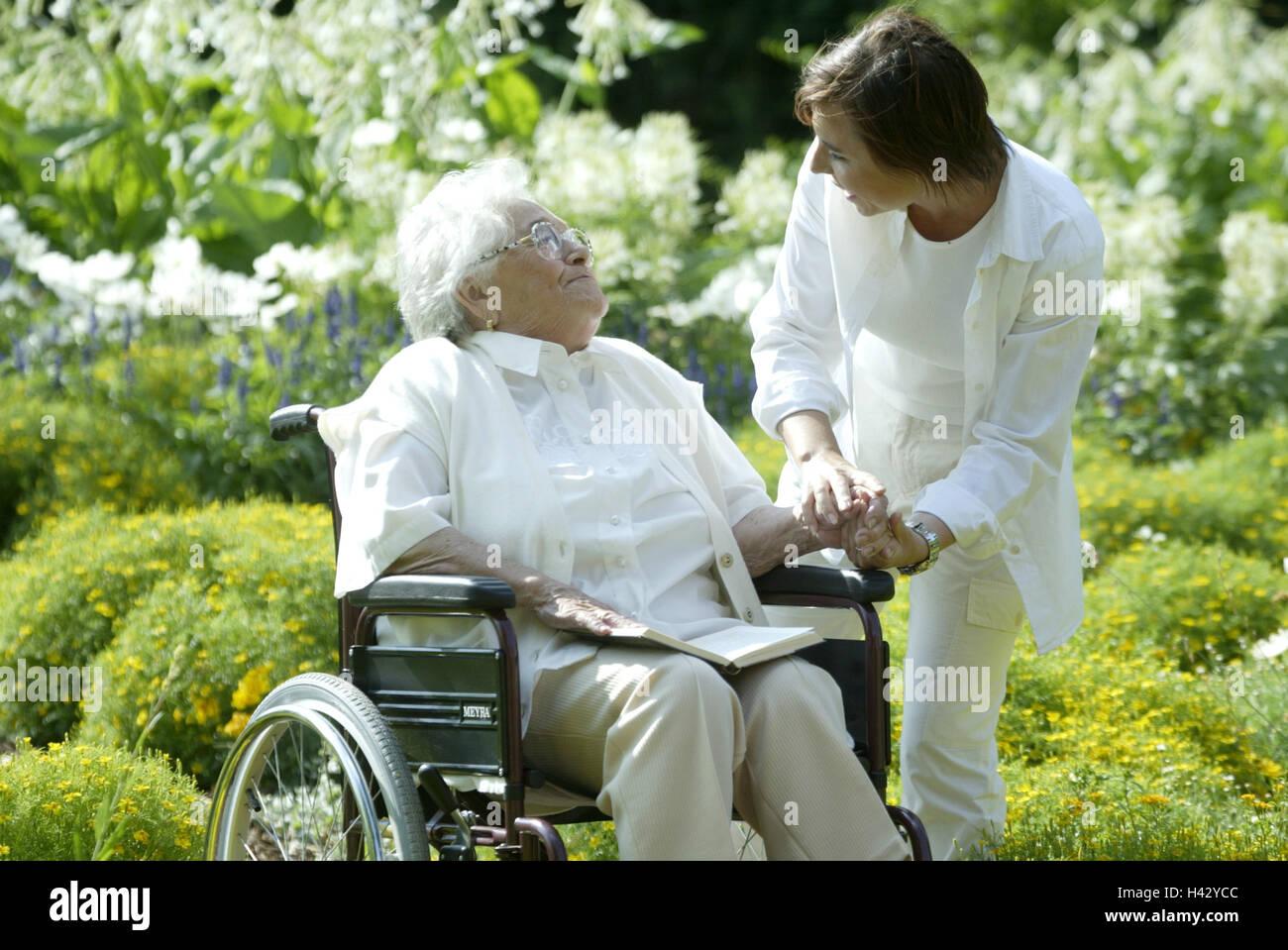 senior ung ltig rollstuhl lesen alte krankenschwester zulage gespr ch alte menschen. Black Bedroom Furniture Sets. Home Design Ideas