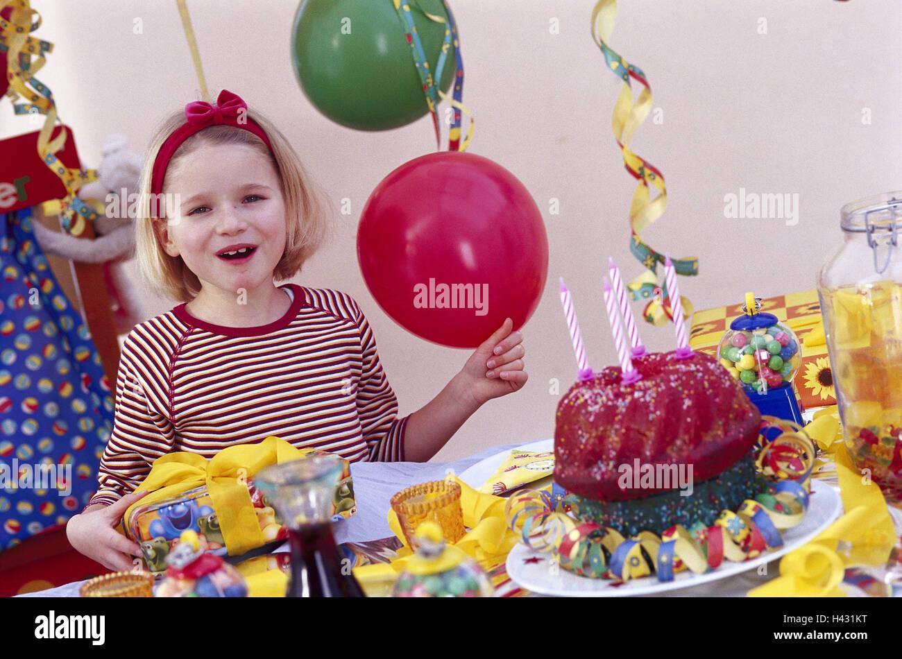 Kindergeburtstag Madchen Halb Portrait Prasentieren Lachen