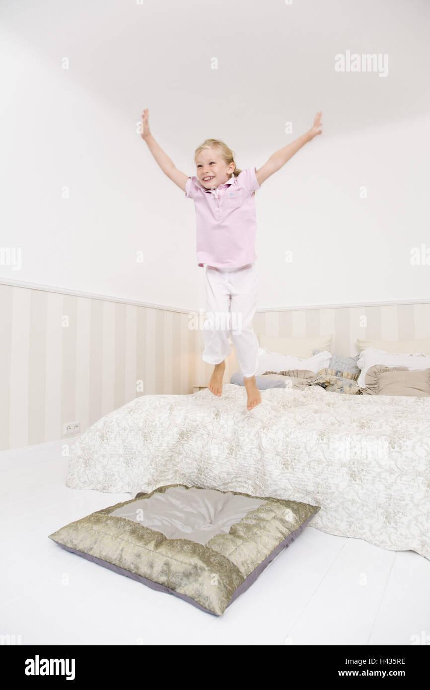 schlafzimmer bett kind m dchen fr hlich ausgelassen. Black Bedroom Furniture Sets. Home Design Ideas