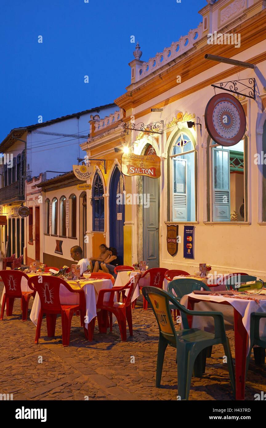 Brasilien, Bahia, Lencois, Rathausplatz, Terrasse, Bar, Menschen Außerhalb,  Am Abend, Kein Model Release, Südamerika, Straßenszene, Architektur,  Gebäude, ...