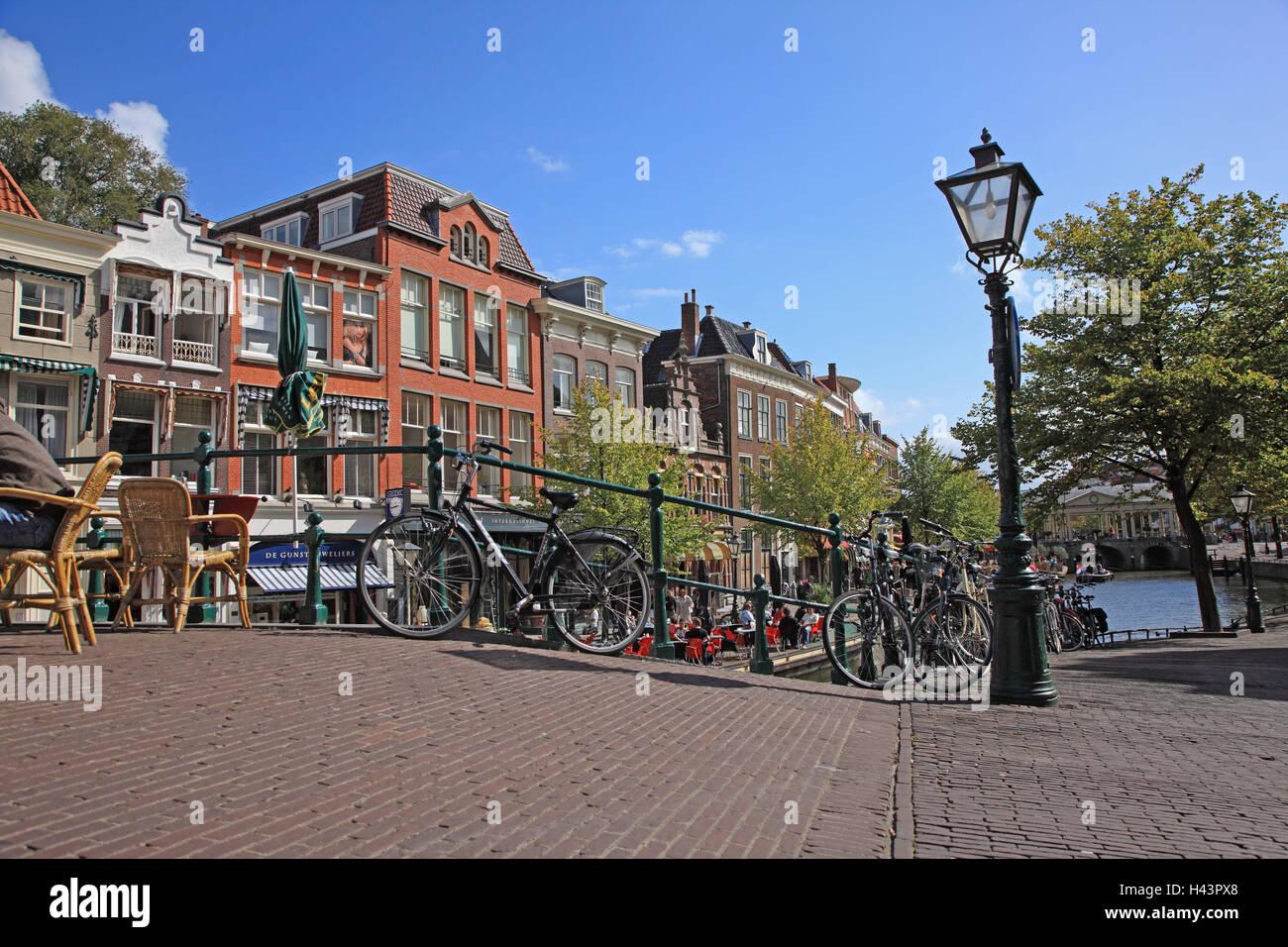 Den Niederlanden, Beschwerden, Häuser, Brücke, Laterne, Fahrräder, Stockbild