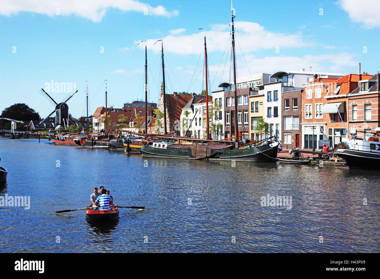 Den Niederlanden, Beschwerden, Blick auf die Stadt, Hafen, Stiefel, Stockbild