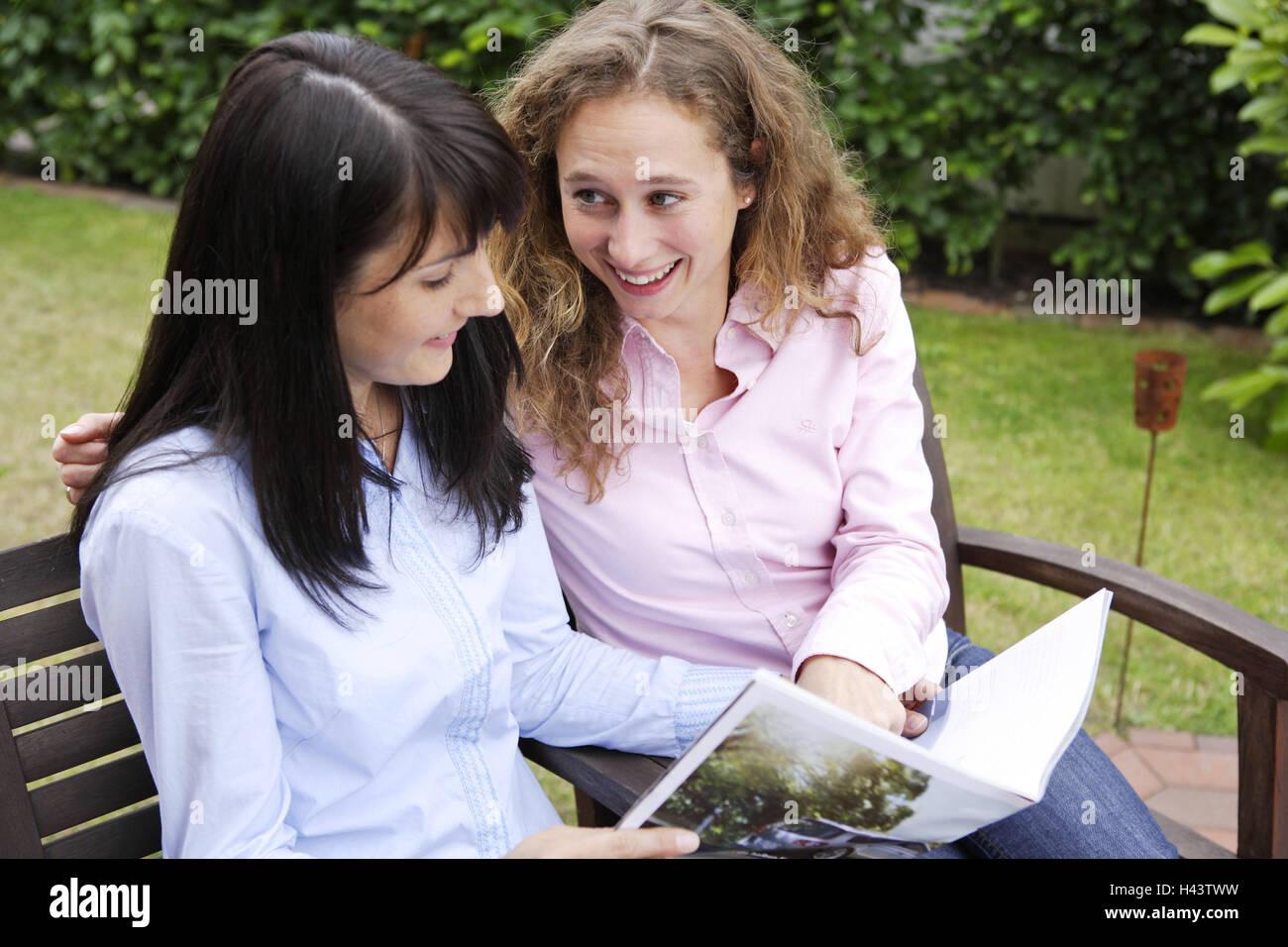 Garten, Frauen, Magazin, betrachten, glücklich, zusammen, Menschen, Freunde, Sit, glücklich, lesen, Freunde, Stockbild