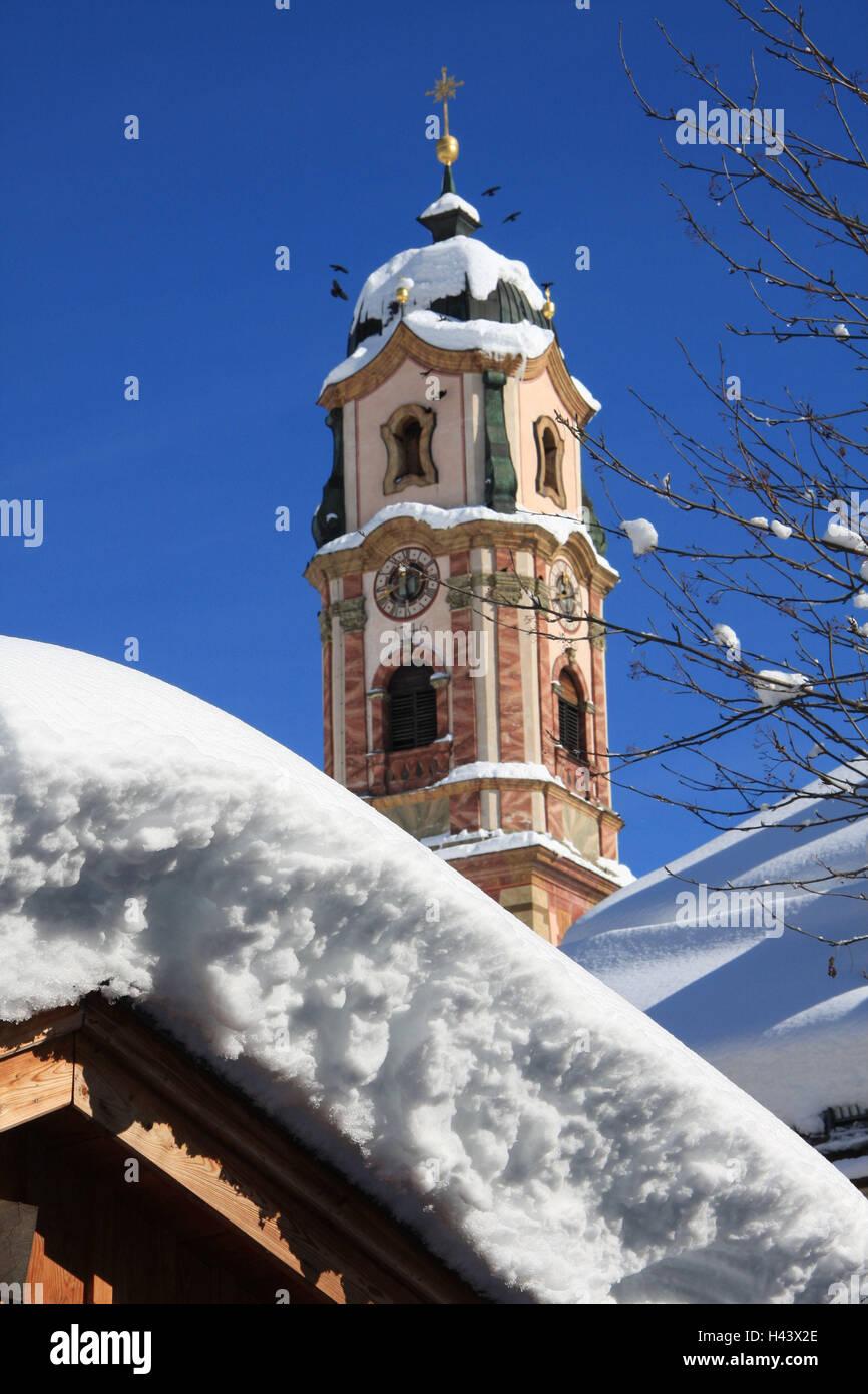 Deutschland, Bayern, Mittenwald, Pfarrkirche St. Peter und Paul, Turm, Hausdach, Schnee, Süddeutschland, Oberbayern, Stockbild