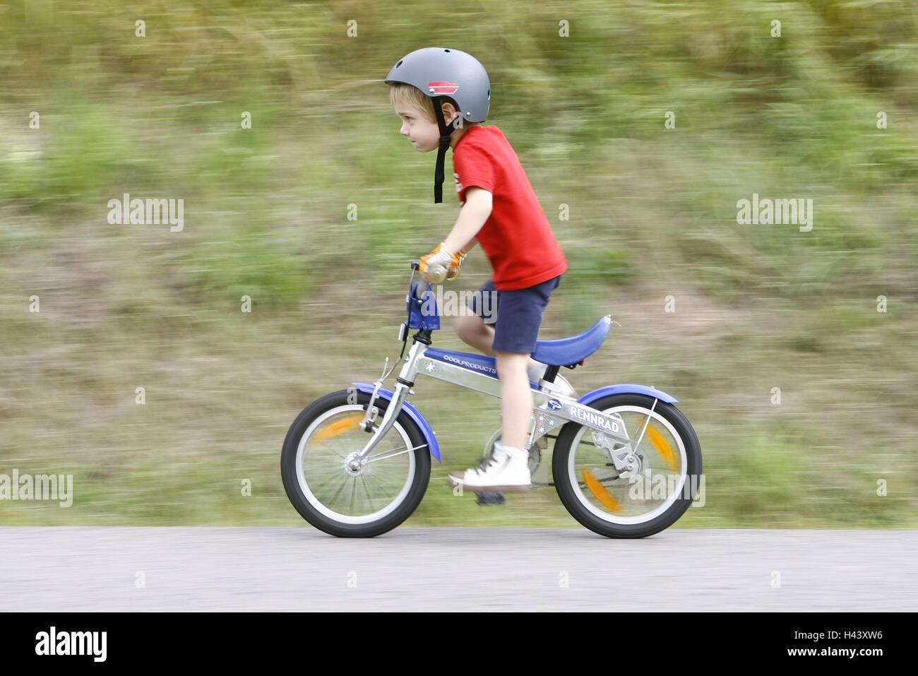 kind junge fahrrad fahren person kleinkind helm. Black Bedroom Furniture Sets. Home Design Ideas