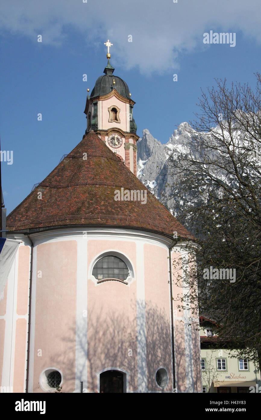 Deutschland, Bayern, Mittenwald, Pfarrkirche St. Peter und Paul, Turm, Bäume, Berge, Süddeutschland, Oberbayern, Stockbild