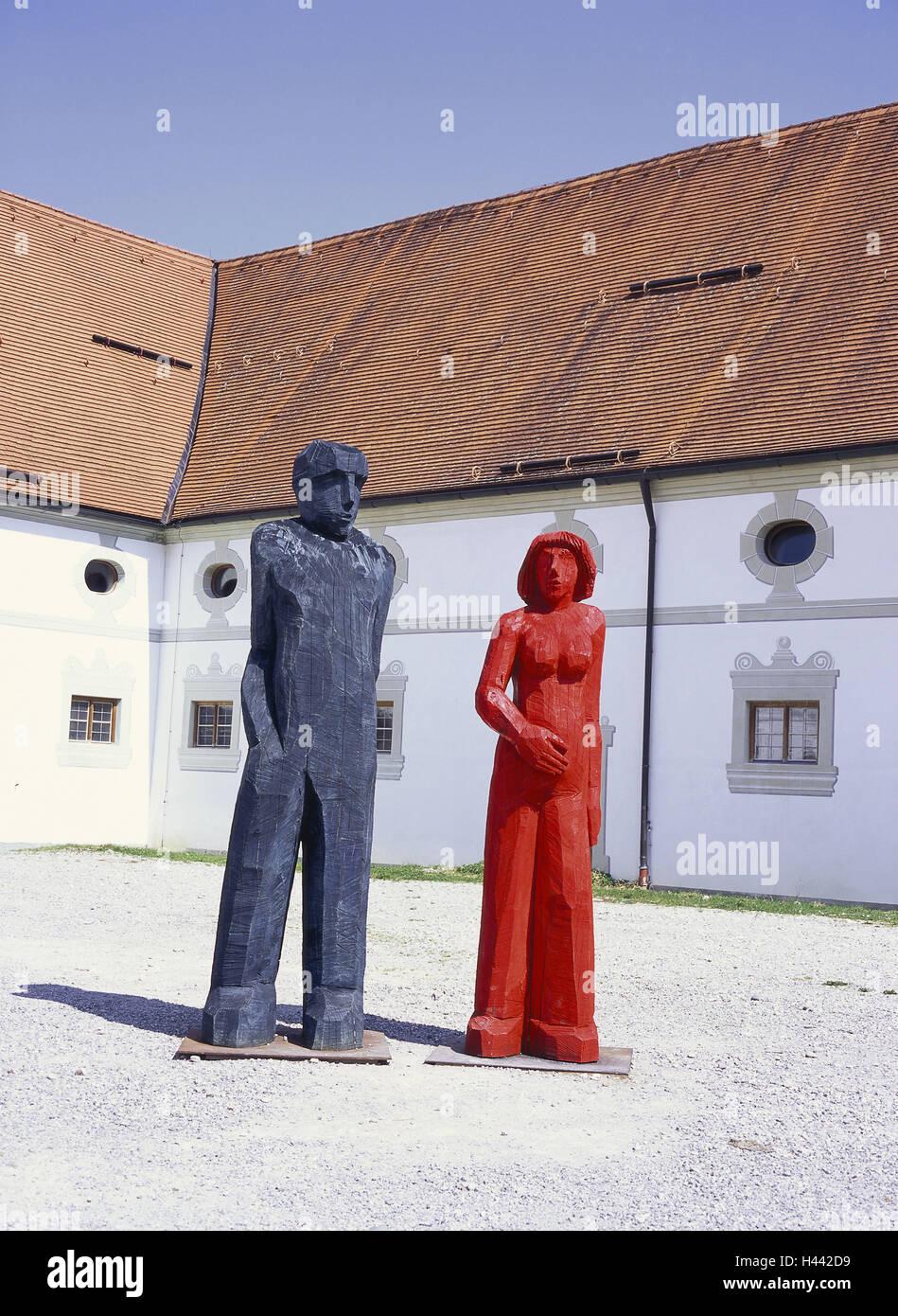 Deutschland Bayern Benediktbeuern Kloster Gericht Skulpturen Suddeutschland Oberbayern Kloster Innenhof Ausstellung Kunst Modern Figuren Holz Kunststoff Holzfiguren Zeitgenossisch Mann Blau Frau Rot Draussen Menschenleer Skulptur
