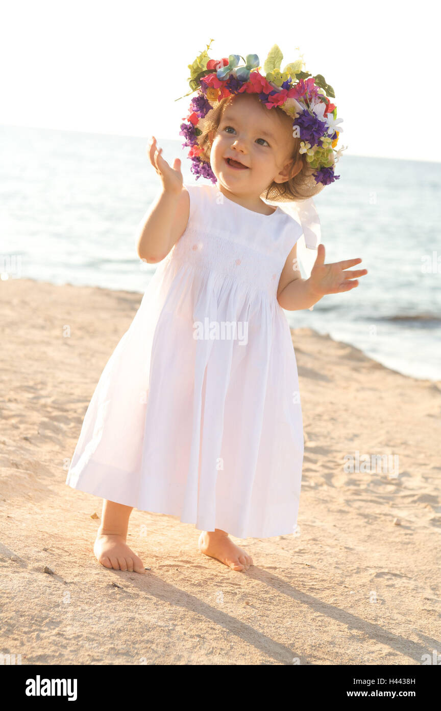 Mädchen, Kleid, Blumenhut, Strand, Ständer, Lächeln, Strahlen Kind, Kind, Sommer, Sonne, sonnig, Stockbild