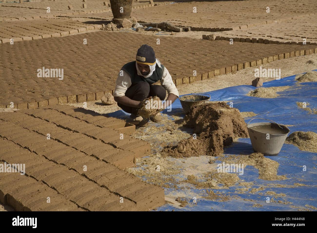 Saudi Arabien, Al-Ula, Ton Ziegelproduktion, Arbeiter, Person, Mensch, Arbeit, Kopfbedeckungen, Produktion, Lehmziegel, Stockbild