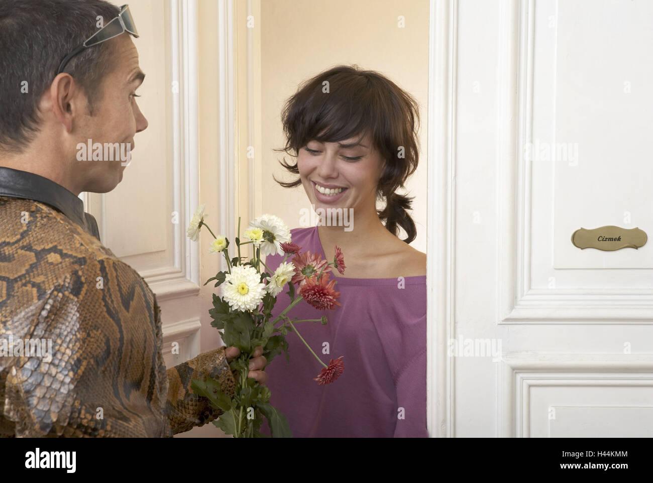 Frau Lacheln Blumenstrauss Gebrochen Tur Mann Ubertragt 20 30