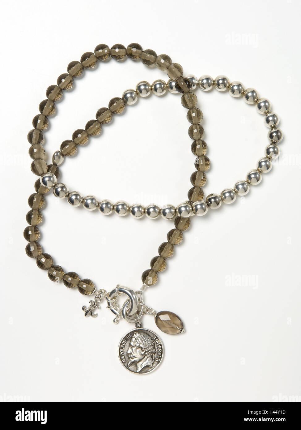 Halskette, Glasperlen, Anhänger, antike Münzen, Stockfoto