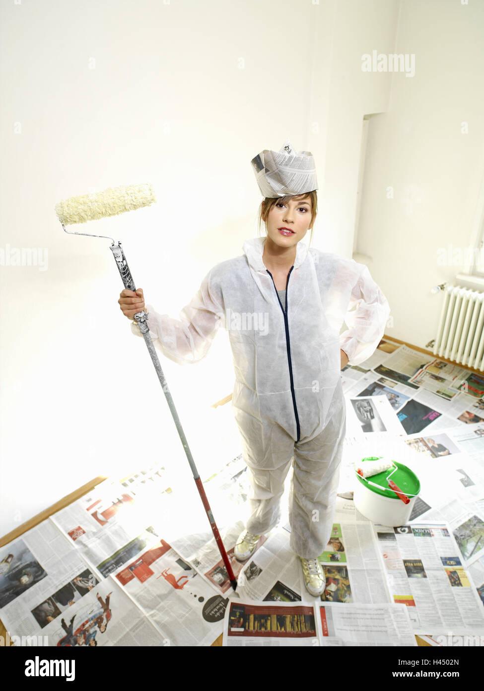 Blank, Frau, jung, des Malers insgesamt, Papierhut, Farbe Rolle ...
