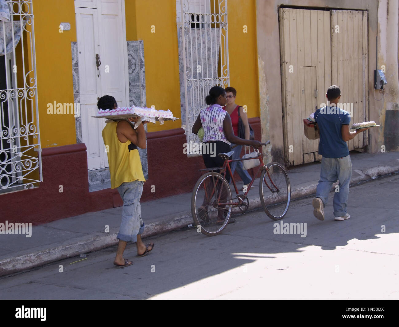 Strassenszene Manner Carry Kuchen Trinidad Kuba Urlaub