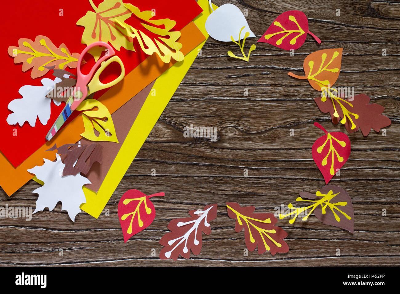 Herbst Farbiges Papier Hinterlässt Auf Den Hölzernen Hintergrund