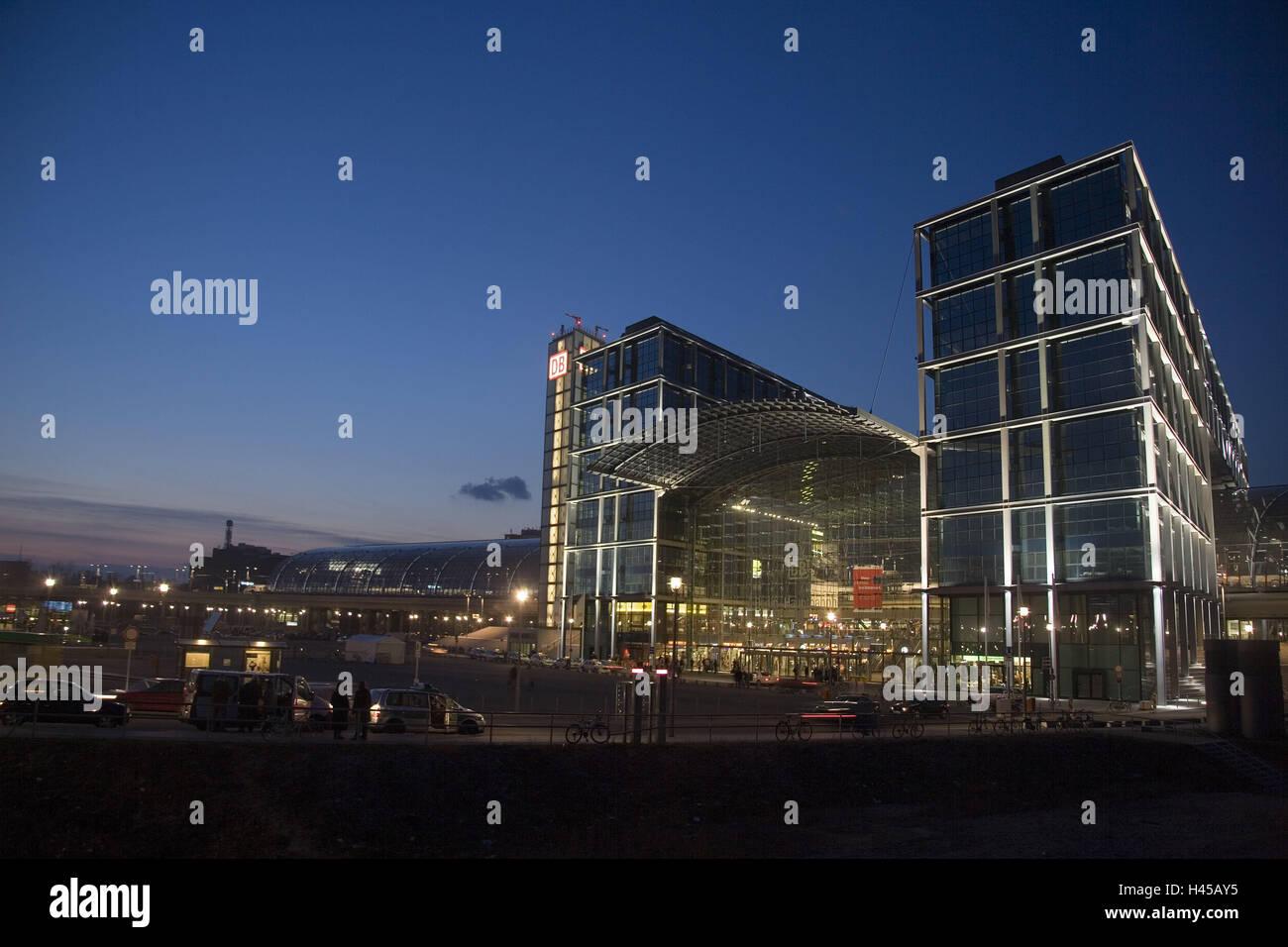 Deutschland, Berlin, Hauptbahnhof, Beleuchtung, Abend, Stadt ...