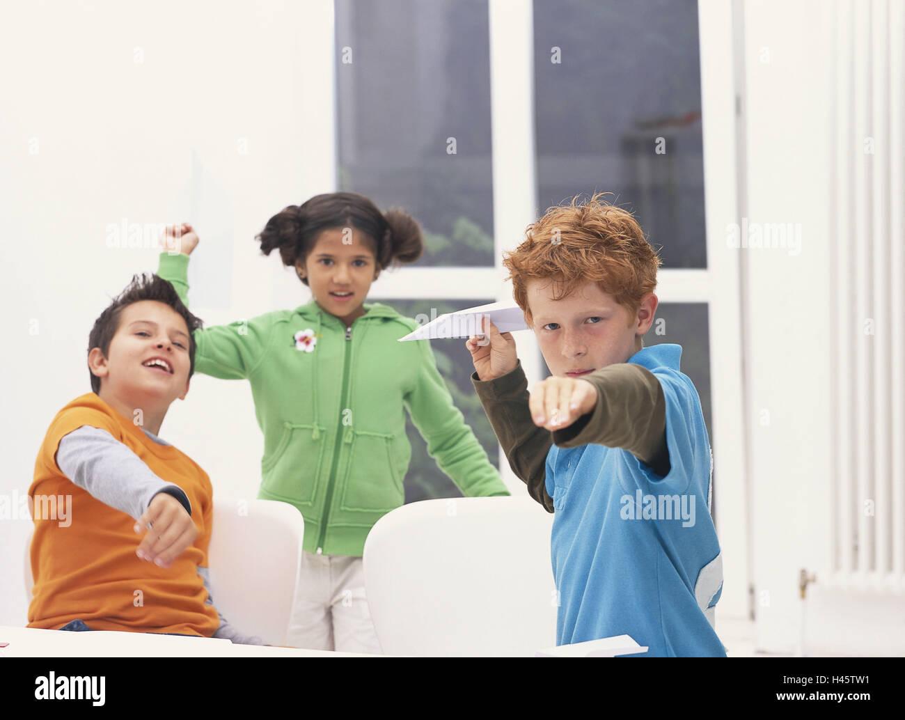 schule unterricht pause schuljunge papierflieger. Black Bedroom Furniture Sets. Home Design Ideas