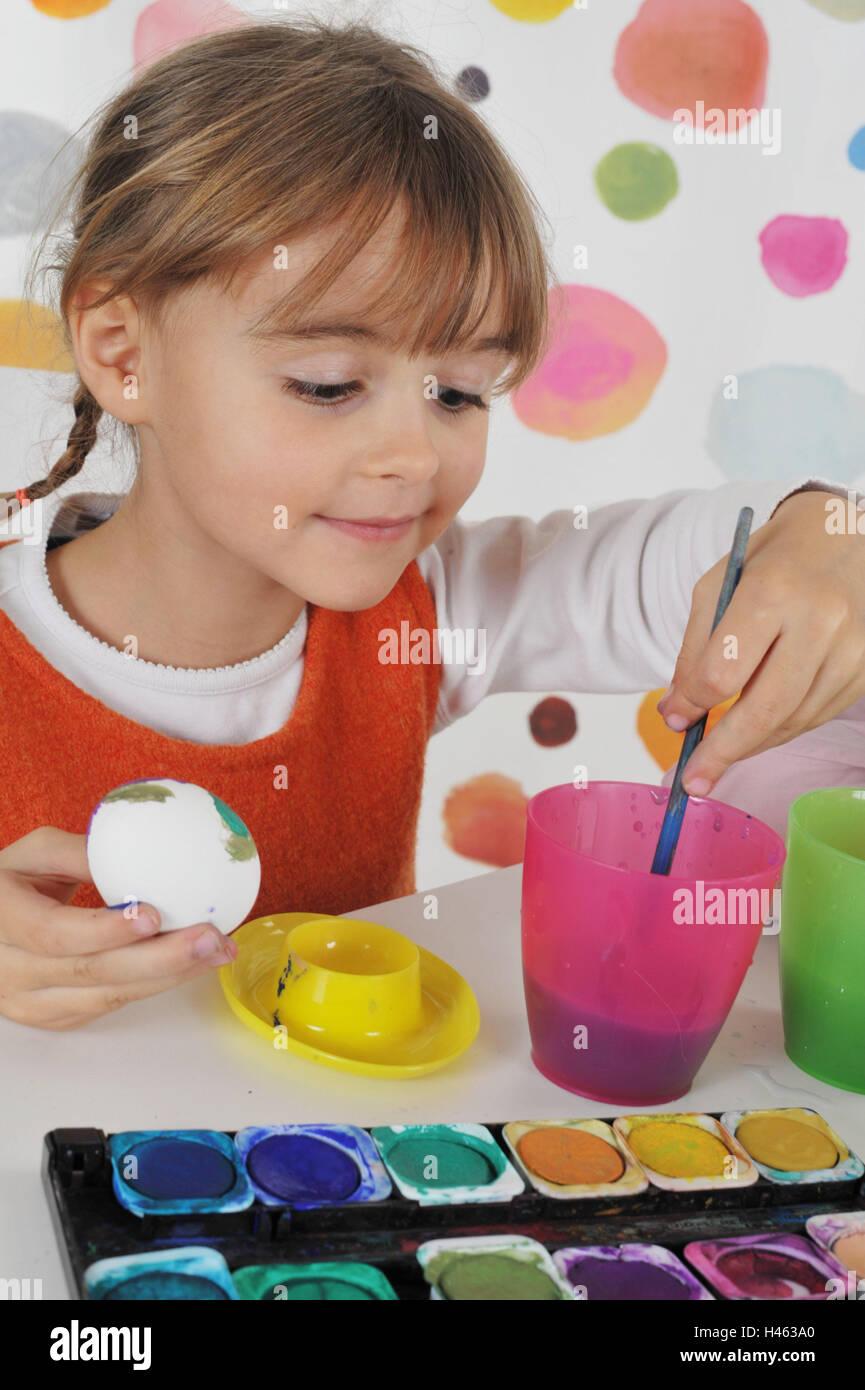 Mädchen, Lächeln, malen Ostereier, Konzentration, Mädchen, Eiern, hell, Pinsel, Becher, Ostereier, Stockbild