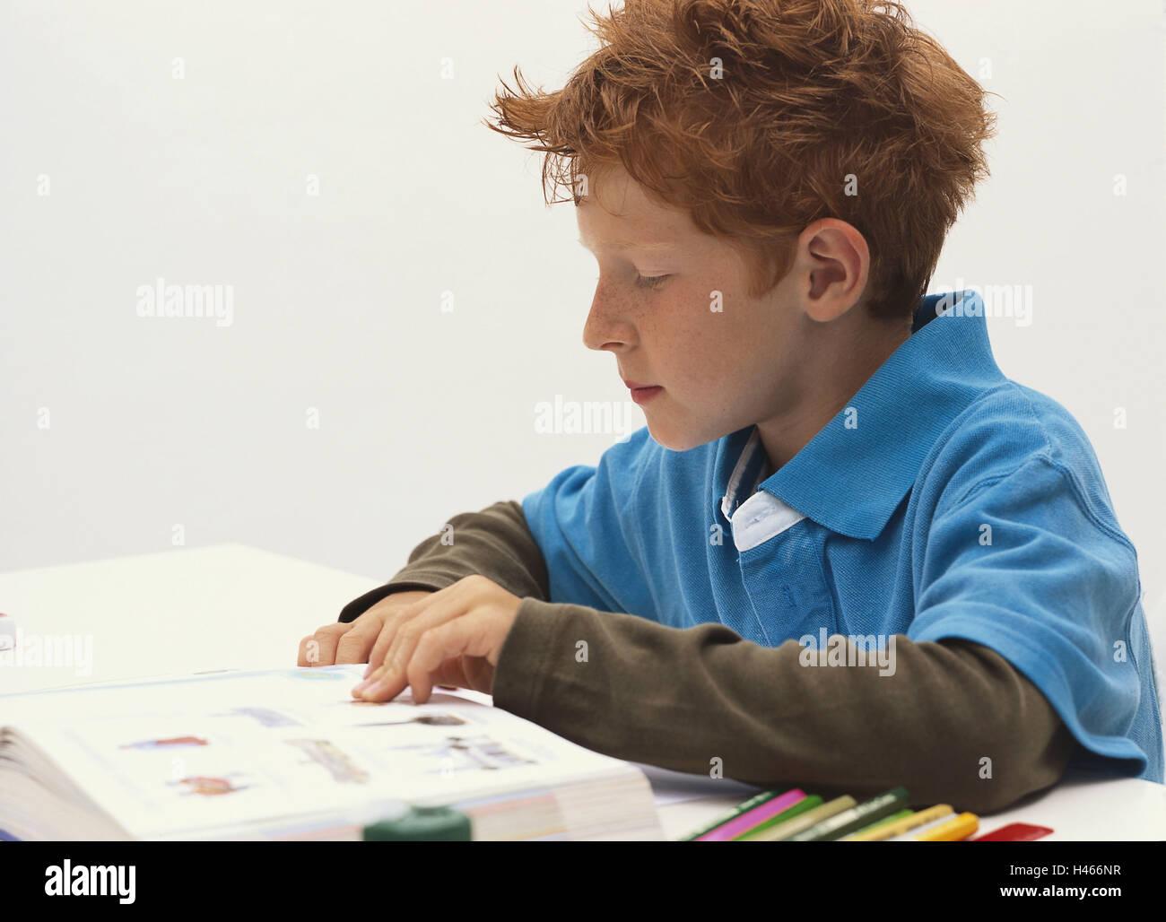 Tisch, junge, Konzentrate, lesen, Buch, Seite Porträt, Person, Kind, Rothaarige, sitzen, lernen, Schulkind, Stockbild
