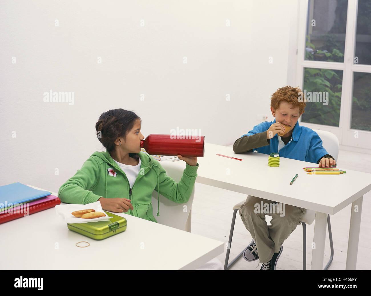 Klassenzimmer, Pause, Schuljunge, Essen, trinken, Schule, Schulbänke, Schulferien, Unterricht, Pause, Person, Stockbild