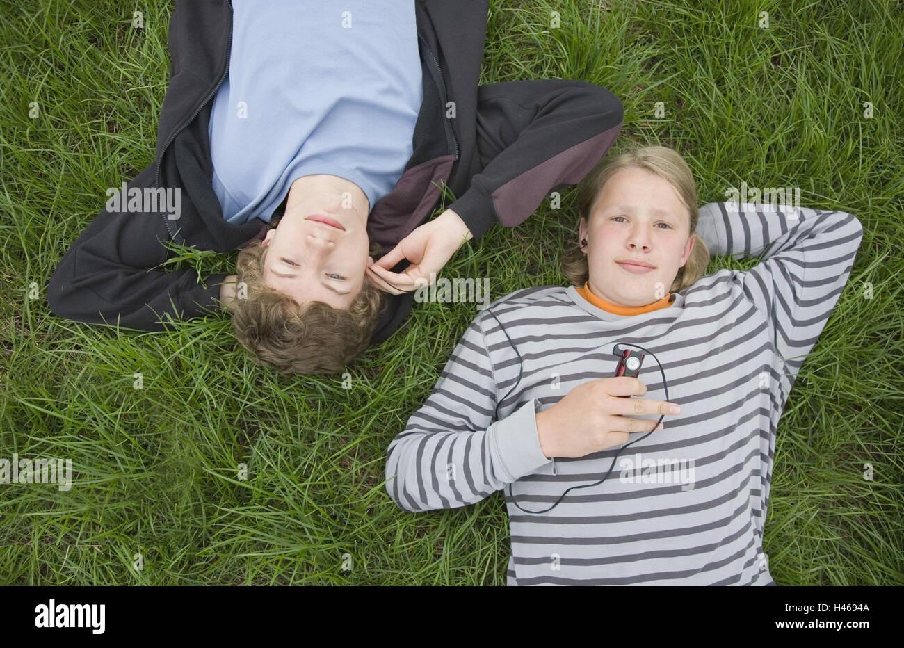 Jungen, Jugendliche, liegend, zuhören, Musik, Blick Kamera, zwei, Wiese, MP3-Player, Stockbild