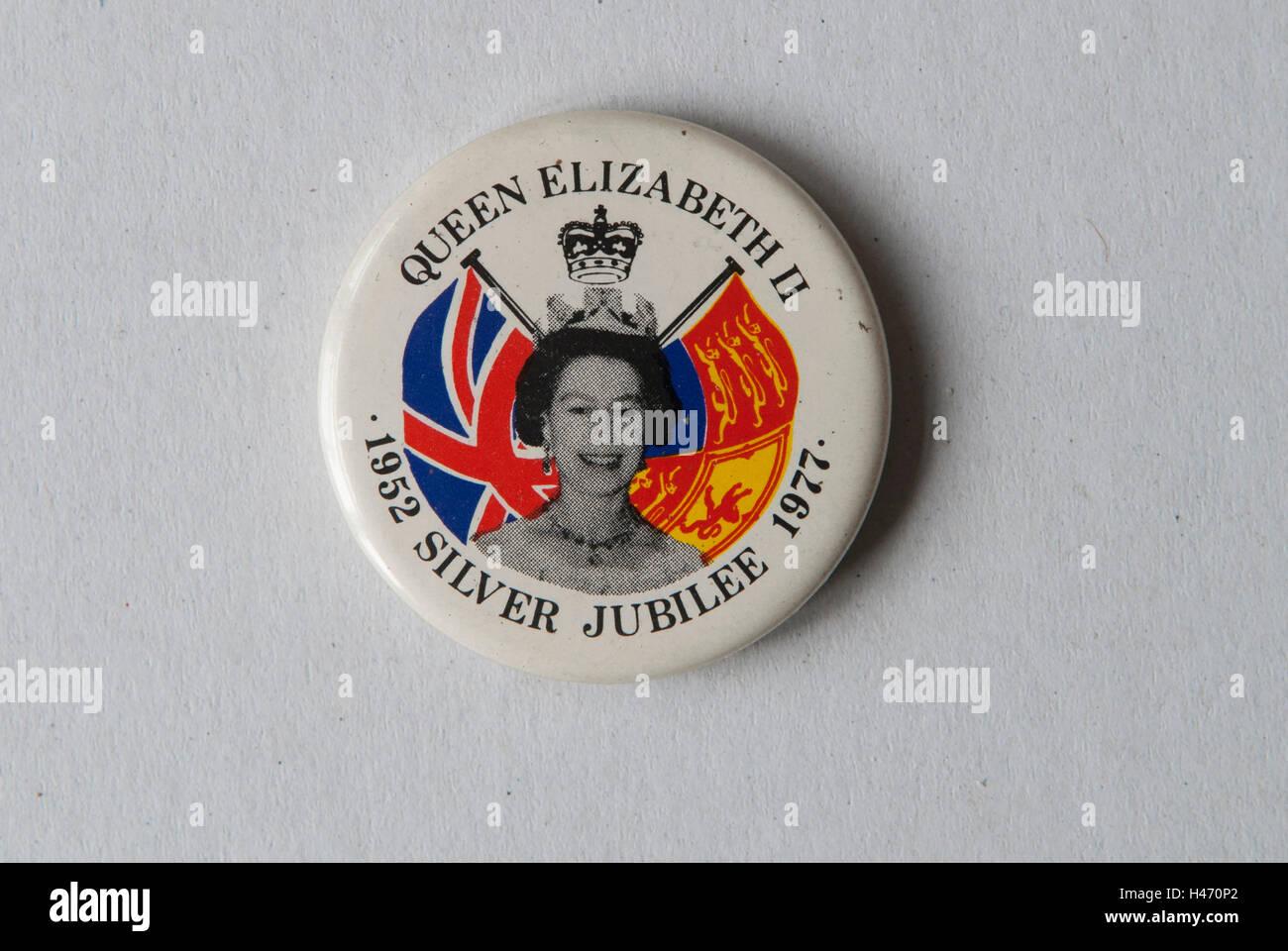 Königin Elizabeth II 1952 Silver Jubilee 1977 Knopf Abzeichen HOMER SYKES Stockbild