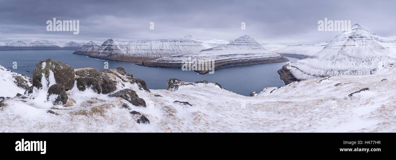 Schneebedeckte Berglandschaft oberhalb Funningsfjørdur auf der Insel Eysturoy, Färöer Inseln, Dänemark, Europa. Stockfoto