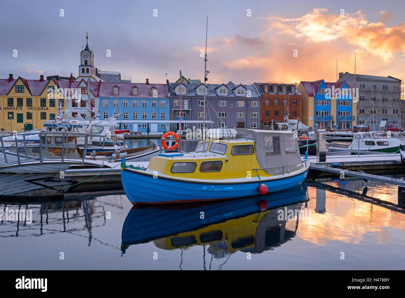 Boote in Tórshavn Hafen bei Sonnenaufgang, Färöer Inseln, Dänemark, Europa. Winter (April) 2015. Stockfoto