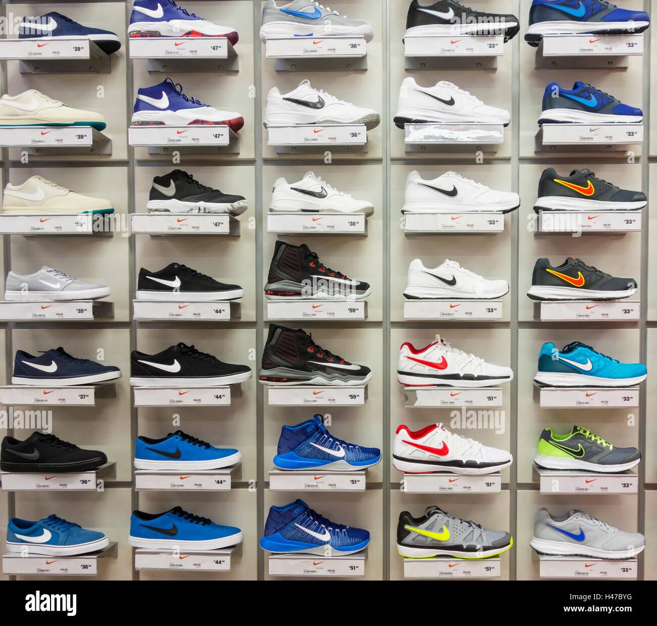 Nike Schuhe im Sports Direct Store Display. UK Stockfoto