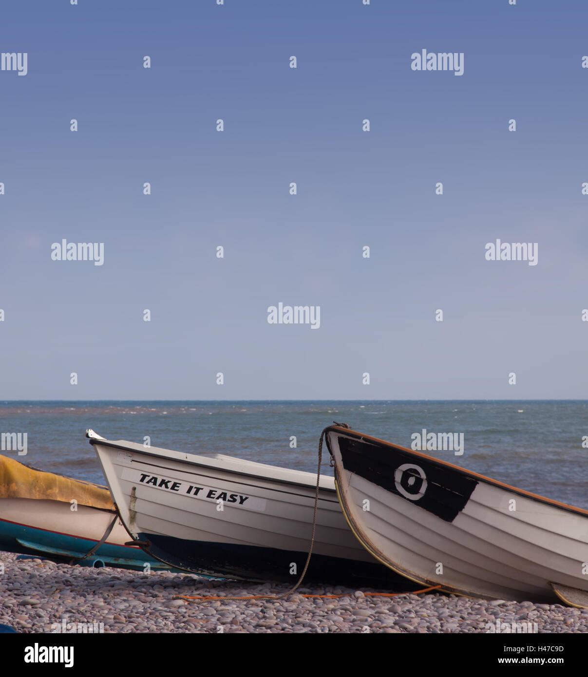 Nehmen Sie es einfach, kleines Boot am Strand von Budleigh Salterton. Stockbild