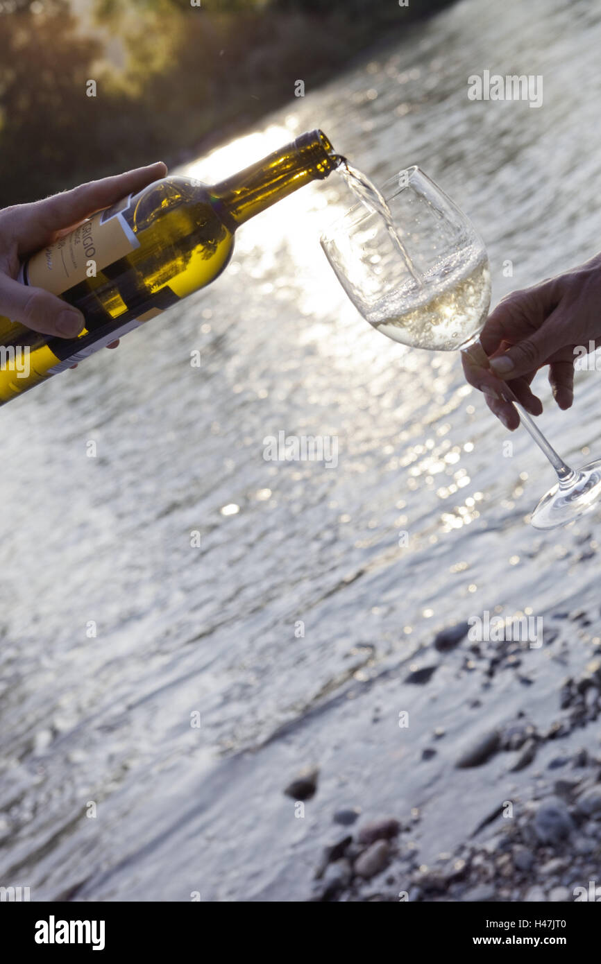 Frau, Weinglas, halten, Mann, Wein, ausgießen, Erfrischung, Getränke ...