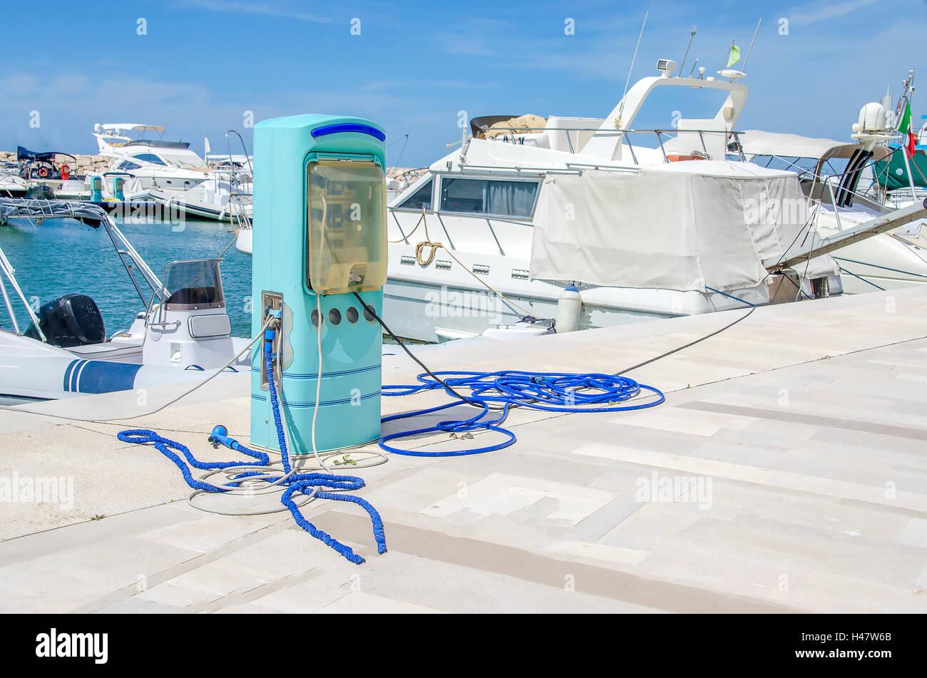 Tankstelle Hafen Stromversorgung Marina blau Pumpe Pier weiß Stockbild