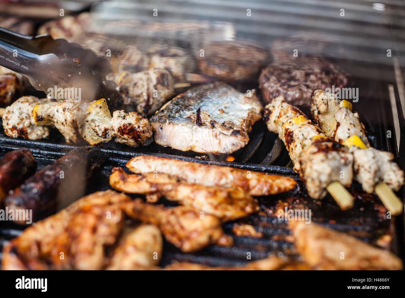 Fisch Gasgrill : Verschiedene fleisch und fisch grillen auf einen gas grill im garten
