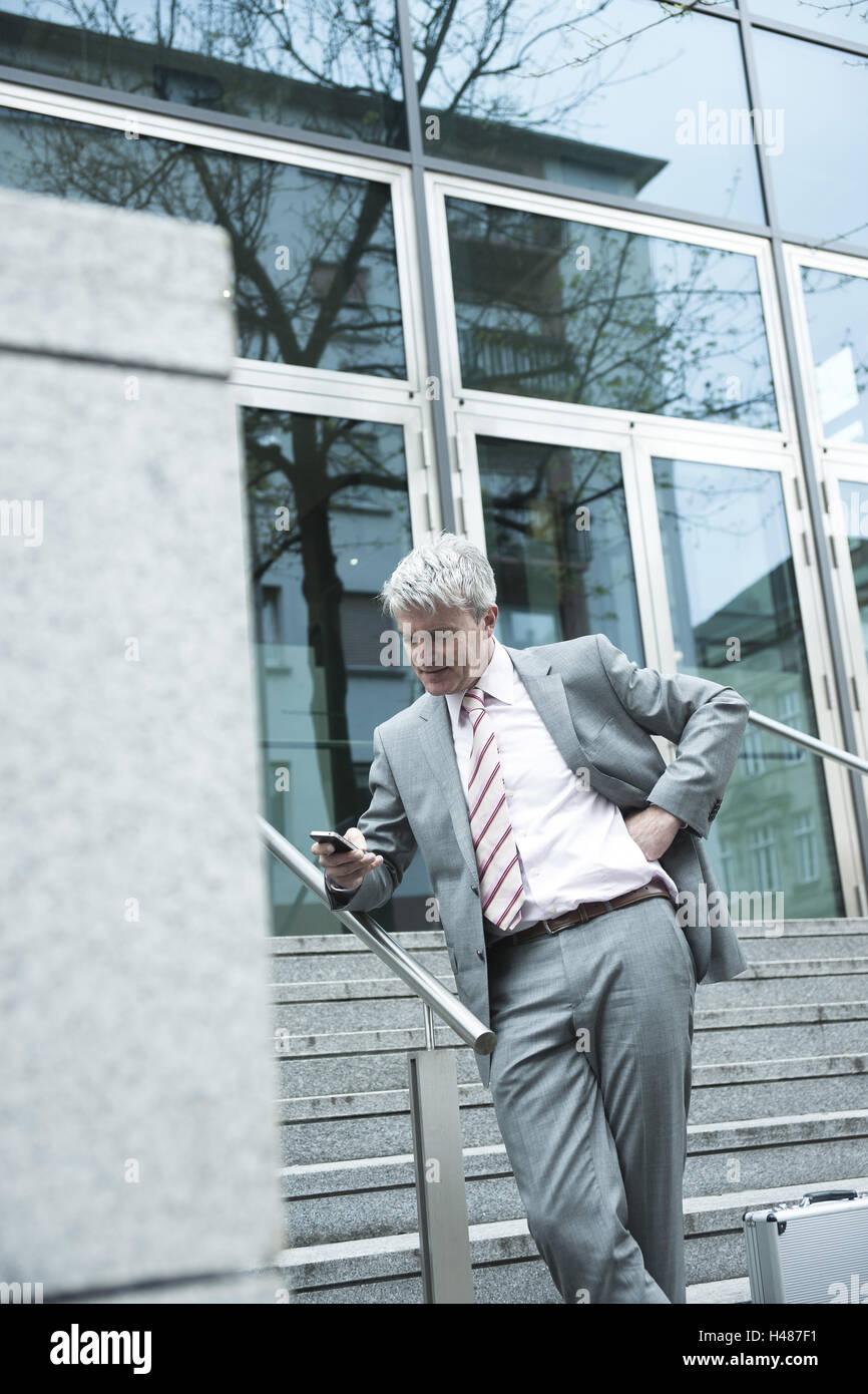 Manager, Handy, Konzentration, Person, Mensch, Konzentration, Bestager, Geschäft, Treppen, Geländer, SMS, Stockbild
