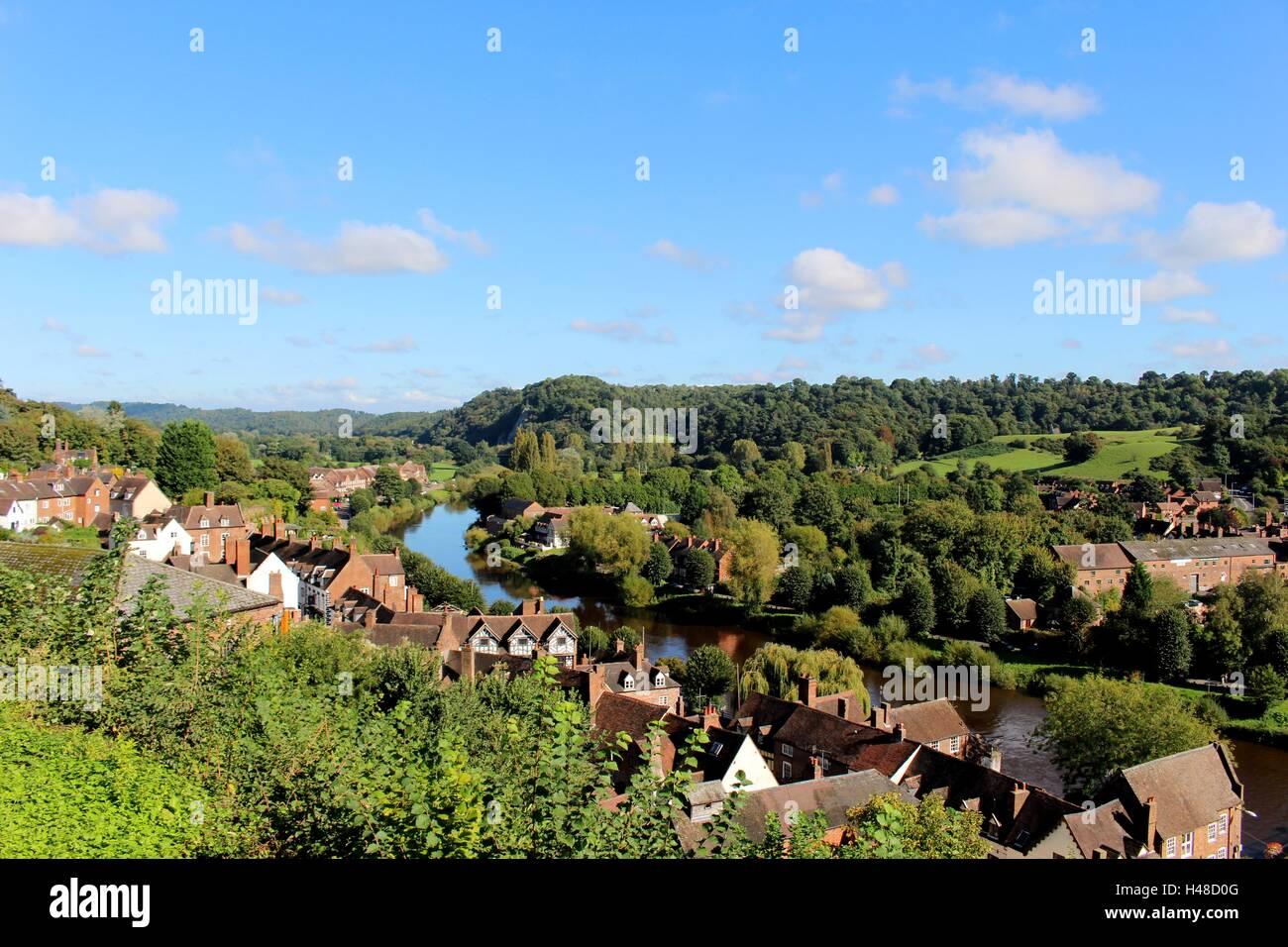 Ein perfekter Tag, um die Aussicht von oben auf Bridgnorths Castle Hill zu schätzen wissen. Stockbild