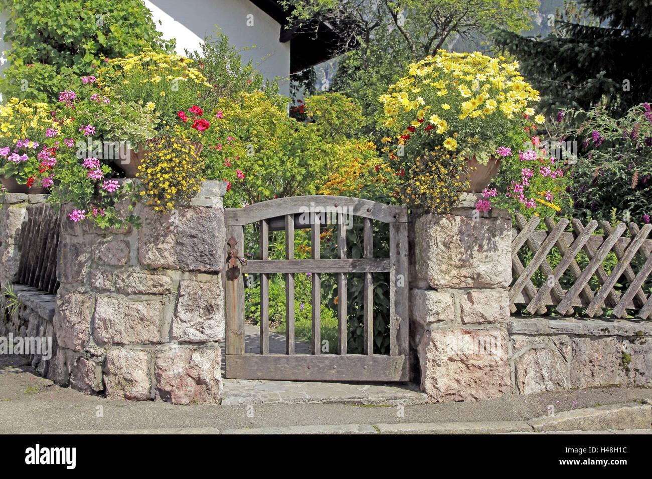 Garten Tür Stein Mauer Blumenschmuck Deutschland Bayern Upper