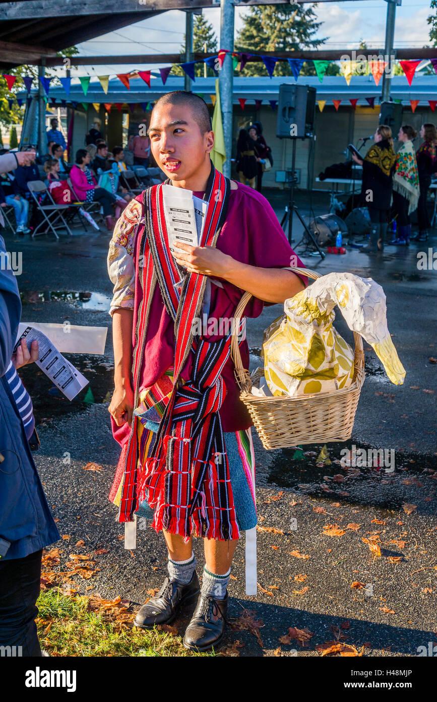Junger Mann mit papier Papiermache Gans in Korb Stockbild