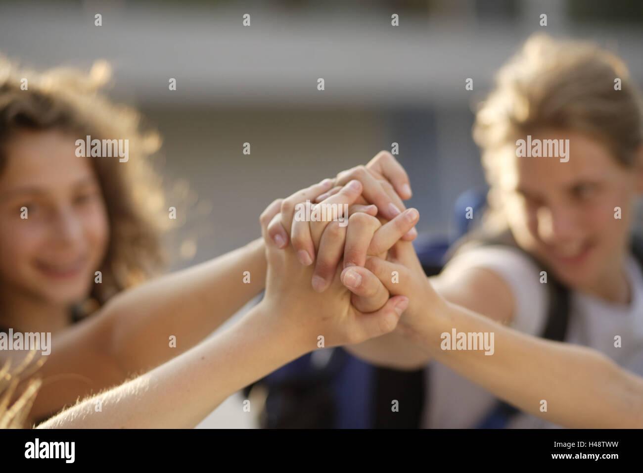 Mädchen, Freunde, Hände, Icon, Freundschaft, Zusammenhalt, mittlere Nahaufnahme, Detail, Stockbild