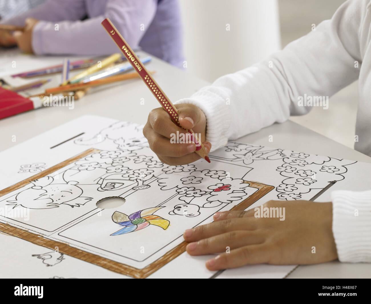 Mädchen Farbige Stifte Zeichen Gewellt Modell